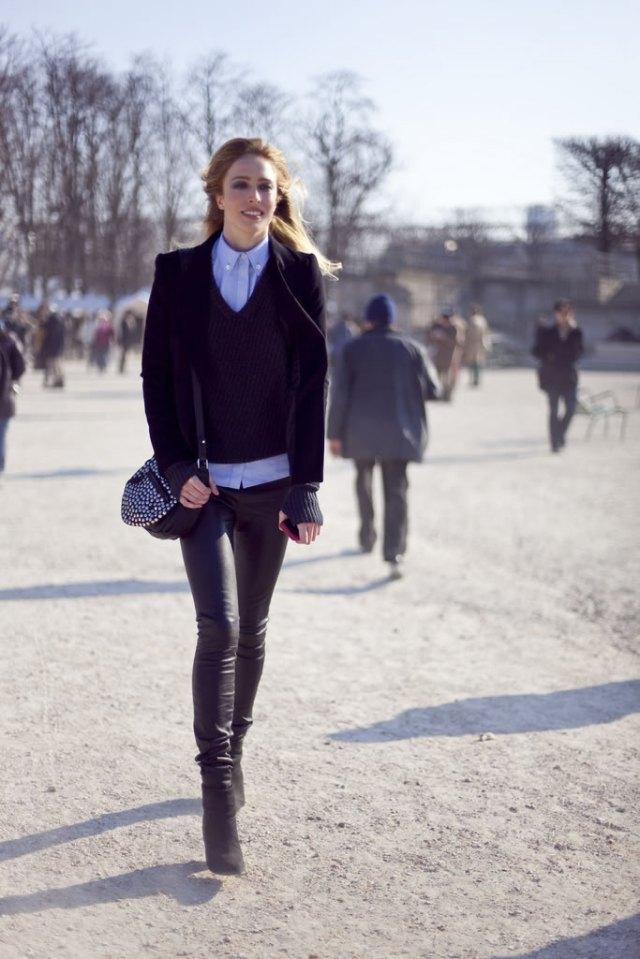 Moda-das-ruas-Andrógino-se-associa-com-calças-de-couro-skinny-abotinados-acamurçados-e-bolsa-coberta-de-tachas-Domínio-da-Moda-Fonte-Altamira